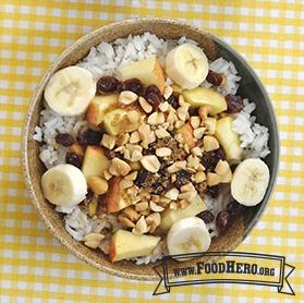 Foto de Tazón de arroz para el desayuno con frutas y nueces