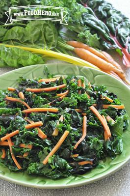 Foto de Vegetales de Hoja Verde Oscuro con Zanahorias