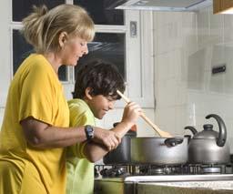 Vigila a las ollas sobre las hornallas cuando haya niños cerca.