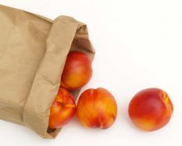 Para madurar fruta ponla en una bolsa de papel cerrada.